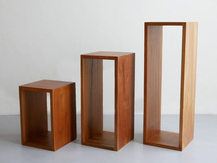 一見ただのボックスに見えますが、こちらはとっても優れもの!単品では小さな飾り棚やサイドテーブル、マガジンラックに、複数組み合わせると本棚やテレビボードなどさまざまな用途で使うことができます。