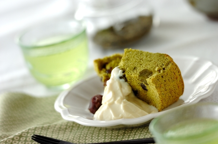 バターのほかに牛乳や小麦粉も使わないケーキのレシピです。牛乳の代わりに豆乳、小麦粉の代わりに米粉を使い、抹茶や甘納豆なども入った和素材のケーキ。ほかの素材の風味を活かしたいときにも、クセの少ない菜種油は活躍してくれます♪