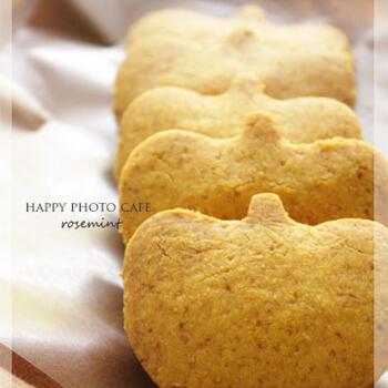 こちらは、カボチャパウダーを使った菜種油のクッキーです。薄力粉の1/10の量の片栗粉を混ぜるのがポイント。ナツメグがアクセントになった味わいです。かぼちゃの型で抜くととってもかわいらしい雰囲気に♪