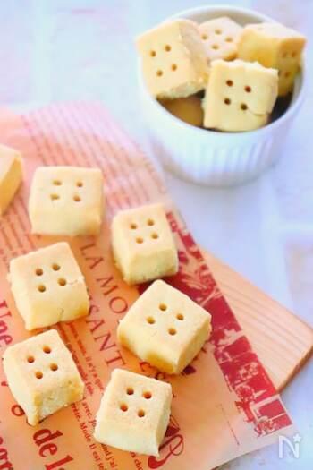 ころんとした形がとってもかわいらしいオリーブオイルのクッキー。材料は、4つだけなので、おうちにある材料で手軽に作れるでしょう。正方形に切り分けて、竹串で穴を開けてから焼きます。プレゼントにも良いですね♪