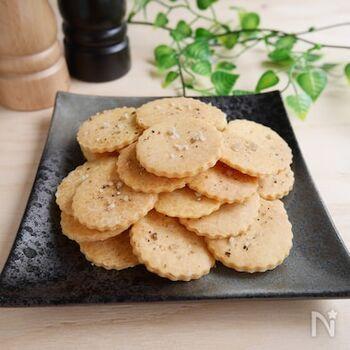 こちらは、米粉と片栗粉で作るクラッカーです。型抜きした後に、塩コショウをトッピングして焼くのがポイント。オリーブオイルを使っているので、洋風の味わいにぴったり。お好みでハーブなどを追加したり、コショウの種類を変えてみたりなど、アレンジも楽しんでみてくださいね♪