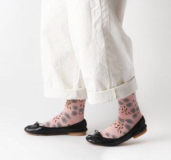 春の着こなしにアクセント。足元華やぐ「おしゃれ靴下」カタログ