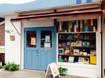 「うみべのえほんや ツバメ号」は、横須賀市内初で唯一の絵本専門店。新刊と古書を扱っているので、子供の頃読んだ本を探したい方にもおすすめです。