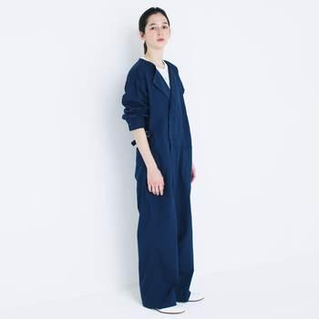 一枚ですっきりと着れる長袖オールインワン。パンツスタイルなので足元を気にせずに動ける分、ワンピースよりもリラックス感は更にアップ。ダボっとしすぎず形の良いものを選ぶのがポイントです。