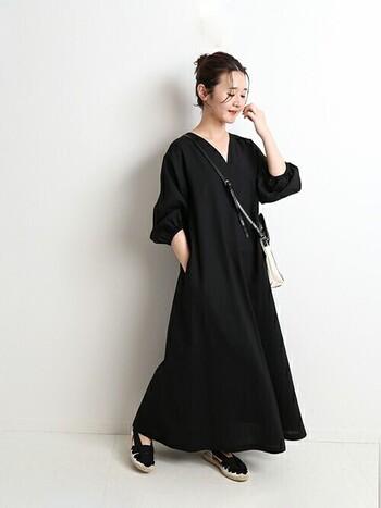 漆黒のワンピースドレスをマキシ丈でかっこよく着こなす。リネン素材なので見た目よりも実は軽くて涼しいんです。足元まで丈があるので、隠したい人にとっては精神面でもリラックスできる心強いアイテム。