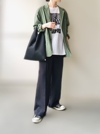 パッと見はきちんと感。でもよく見たらサラッと柔らかい大きめジャケットにラフなプリントTシャツ、イージーパンツ……全てリラックスアイテム!という技ありコーデ。