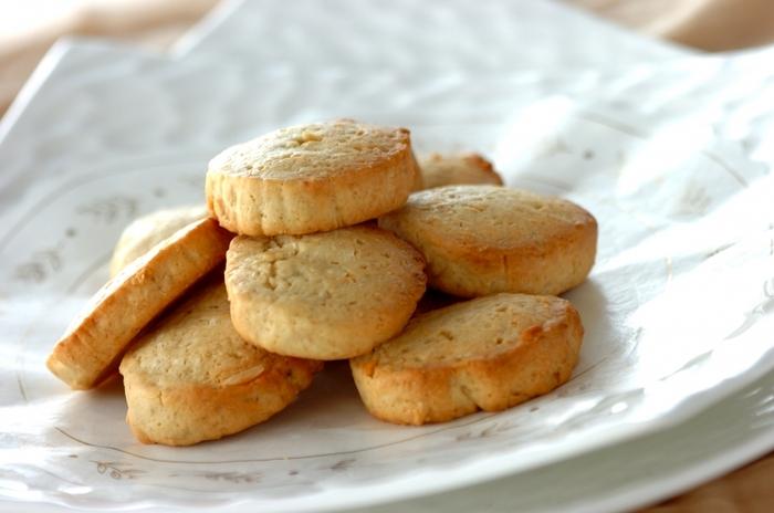 こちらは、食物繊維も意識したココナッツオイルのクッキーです。ココナッツオイルのほかにココナッツファインも使っているので、ココナッツらしさをより楽しめます。オートミールも入っているので食べ応えも◎生地はしっかりと冷やしてココナッツオイルが固まった状態で切るのがコツ♪