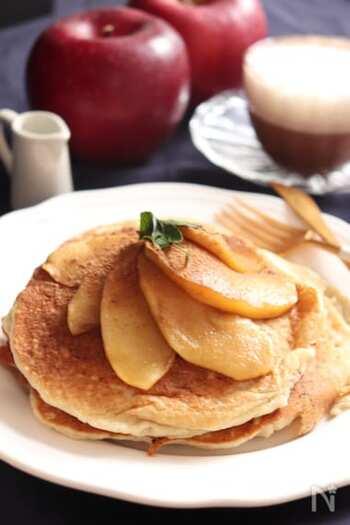 お腹が空いたときのおやつにぴったりのボリューミーなパンケーキです。生地は、米粉に大豆粉、そば粉をミックスしたこだわりも。生地にココナッツオイルを入れて、焼くときにもココナッツオイルを使います。煮りんごとシナモンをトッピングしていただきましょう♪