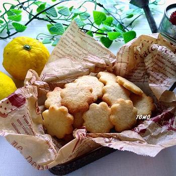 柚子の香りが楽しめる米油のクッキーです。柚子は果汁と表皮を両方使うので香りをたっぷり楽しめるでしょう。卵も牛乳も使わないので、アレルギーのある方にもおすすめ。お好みの型で抜いてこんがり焼き上げましょう♪