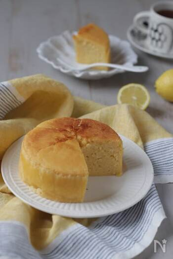 冷やして食べてもおいしい、さわやかなレモンのケーキです。米油は大さじ2でOK。焼く前の作業は10分でできちゃうのでお手軽です。卵をメレンゲにする必要もなく、混ぜるだけの簡単レシピ。小麦アレルギー対応のレシピなので、アレルギーをお持ちのお子様も喜んでくれそう。