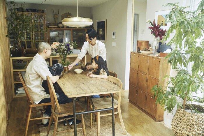 渡辺礼人さん・安樹子さん夫妻。娘の菜繋ちゃん、愛犬のななちゃんと暮らしている。