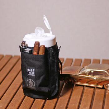 収納ポケットが3つ付いている機能的なウエットティッシュカバー。絆創膏やキズ薬などの小物入れとして、またボトルオープナーやスプーンなどの小物入れとしてキャンプやバーベキューに持って行ってもいいですね。