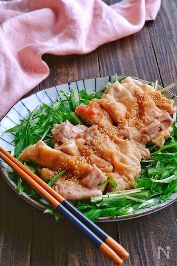 鶏もも肉と梅チューブで作る簡単おつまみ。火を使わずに電子レンジだけで調理が完了するので、疲れて帰ってきた日にも嬉しい。マイルドな梅の酸味が日本酒にもぴったり♪