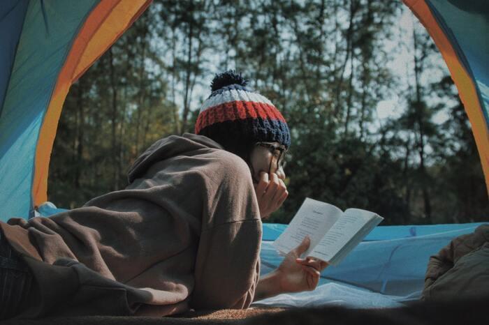 1人だからこそ気軽に楽しめるソロキャンプ。忙しい日々から解放されて、時間もたっぷりあるので自分の好きな本や漫画を持ち込んで、その世界にどっぷり浸ってみるのも至福です。