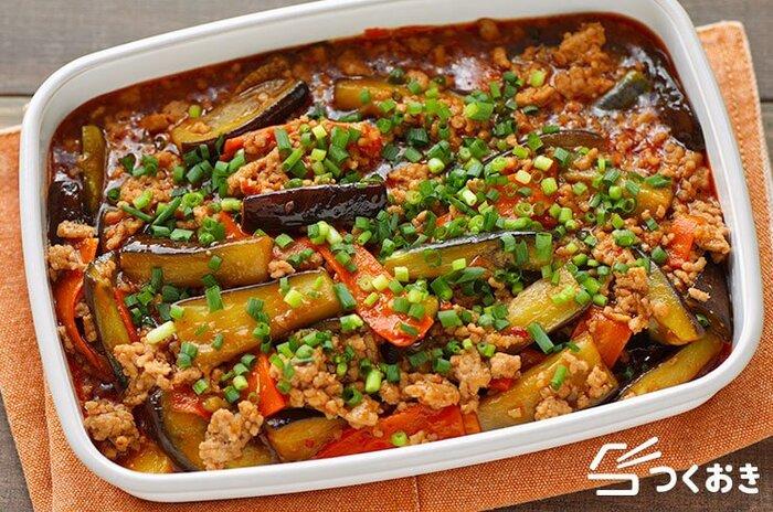 にんにく・ショウガ・味噌に豆板醤を加えて、こってり旨辛味に仕上げた茄子の定番レシピ。食感や色味をよくするには、多めの油で茄子を炒めるのがポイントです。お疲れの日やスタミナをつけたい日にぴったり♪