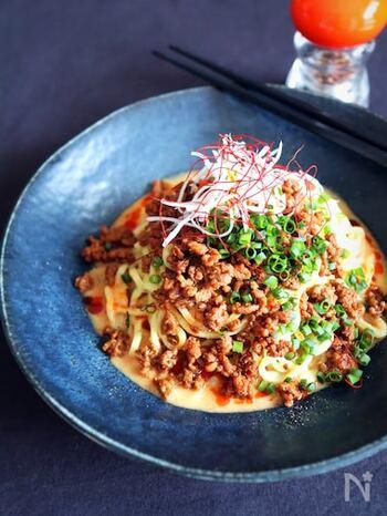 濃厚な味わいを楽しめる汁なし担々麺。コクのあるごまだれが中華麺に絡んで、やみつきになりそうな美味しさを堪能できます。甜麺醤やコチュジャンを使用して、本格的な味わいに仕上げましょう。