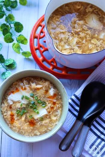 酸辣湯とは、酸味と辛みを効かせた中華スープのひとつ。中華麺を入れれば「酸辣湯麺」になり、主食としてもいただけます。手が込んでそうに見えますが、10分程度で簡単に作れるのも魅力。黒酢を加えているので栄養価にも優れていています。
