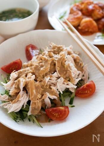 鶏ささみ肉で作る棒棒鶏は、低カロリーで高タンパク質なのでダイエット中にもおすすめ。自家製のごまだれは、豚しゃぶサラダや温野菜のソースとしても利用できます。ヘルシーなので、食べ過ぎたときにもおすすめです。