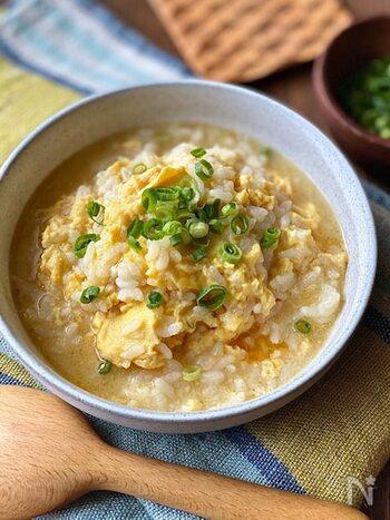 材料は、ごはん・卵・ねぎだけでOK!残りごはんや冷ごはんが美味しく生まれ変わる雑炊のレシピ。ごま油の風味が食欲をそそります。お家飲みした後の〆としても活躍しそうです。