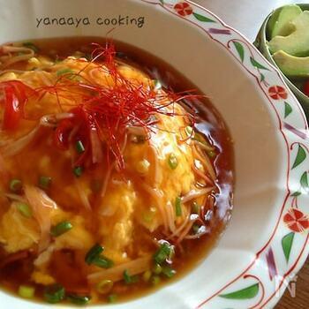 天津飯は、かに玉をごはんに乗せてとろみのある甘酢あんをかけていただくお料理のこと。実は、日本発祥の中華料理なのだそう。お皿に盛ったごはんに、ふわっふわの卵ととろみあんをかけるだけなので、フライパンひとつで完成します。忙しい日のランチとしてもおすすめのレシピです。