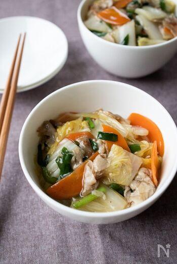 白菜・にんじん・ニラなどたっぷりの野菜を炒めて作る中華丼。丼ものでランチや夕食を簡単に済ませたい、けれど、栄養バランスも気づかいたいときに活躍するレシピです。フライパンで炒めた野菜や豚肉に味付けをして、白ごはんにかけるだけで完成します。