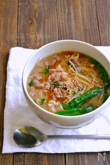 「ユッケジャンスープ」とは、牛肉や野菜を具材とした辛みのある韓国のスープのこと。通常はコチュジャンを入れてピリ辛に仕上げますが、こちらのレシピは鶏ガラスープの素や味噌などを使って、子供でも食べられる味付けにアレンジしています。 大人向けとしてピリ辛にしたいときには、ラー油を加えて調整しましょう。