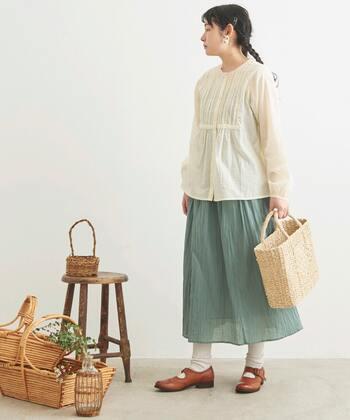 ミントカラーはナチュラル系テイストにもぴったり。柔らかな素材の生成り色のブラウスに、かごバッグを合わせれば、若草物語に登場する女の子のよう。