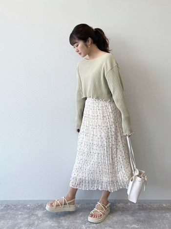 ゆるりとしたシルエットのカットソーは、春らしい小花柄のスカートで優しい印象に。小物を白で統一すれば、爽やかさもアップ。