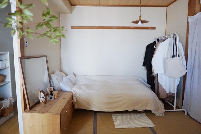 和室にベッドを置いている人も、意外と多いです。ベッド横にチェストを置いて、収納、サイドテーブル、身支度スペースに。足元にはハンガーラックを置いて、スペースを有効活用!
