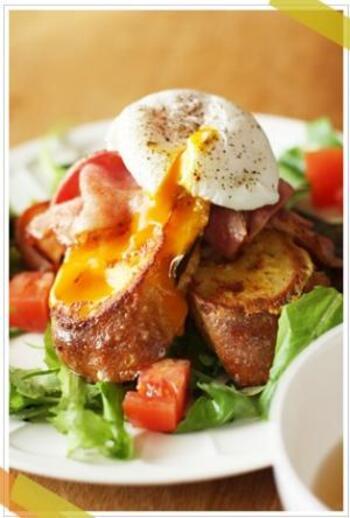 お食事系の甘くないフレンチトーストに、ポーチドエッグやベーコンをのせたリッチでおしゃれなひと皿。お休みの朝などにおすすめです。
