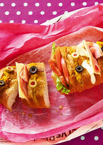 長いままのバゲットに細目に切り込みを入れ、ハムチーズ・BLT・カマンベールペッパーなどさまざまな具材を挟んだロングバゲットサンド。そのままテーブルに出して、好きなところをちぎって食べるのも楽しい♪ピクニックなどにもおすすめです。
