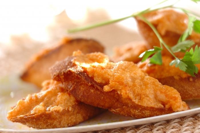 海老のすり身を使った海老トーストは、タイの人気料理ですね。油で揚げてちょっとコクがあるので、おつまみにもぴったりです。片面だけ揚げるので、意外としつこくありません。