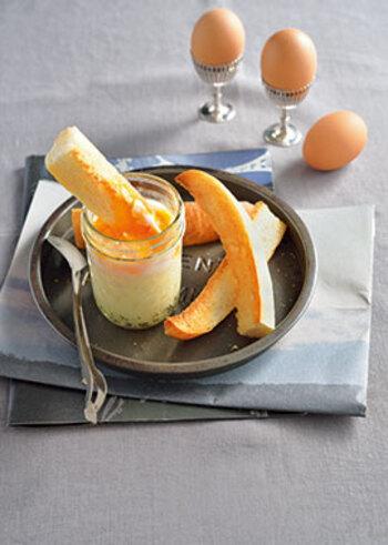 エッグスラットは、マッシュポテトの上に卵をのせて湯煎にかけたもの。そのままでもおいしいですが、細く切ったパンにつけて食べるのがおすすめ。バゲットなら香ばしい風味も加わってよりおいしそうですね。