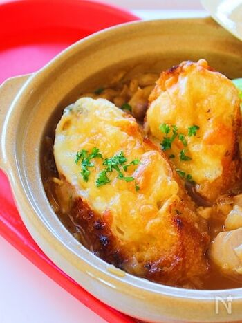 誰もが大好きなオニオングラタンスープを、なんとお鍋に!楽しいアイデアですね。鶏肉入りで、うまみもたっぷり。パーティメニューのひとつに加えると喜ばれそう。