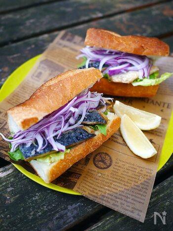 トルコ名物のサバサンドを塩サバを使って再現。サバの脂がパンにしみて、なんともいえないおいしさです。紫玉ねぎはさっぱり風味がサバの濃厚さとバランスがよく、色もきれい。食べ応えのあるバゲットサンドです。