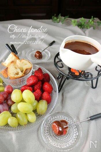フルーツやバゲットのチョコレートフォンデュは、酸味や塩気もあるので意外とさっぱり楽しめます。女子会にぜひおすすめ。チョコを湯煎にかけて溶かし、牛乳や生クリームと合わせるだけなので意外と簡単です。
