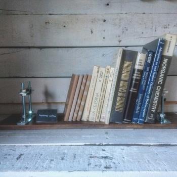 次にご紹介するのは、DIY初心者さんでも作りやすい、少ない材料で作ることができる塩系のミニ本棚です。塩系の本棚は無骨な感じがおしゃれで、簡単にできるのに凝った作りに見せることができます。