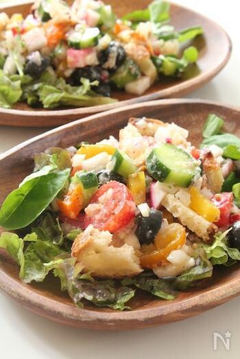 カリカリバゲットをクルトン代わりに使い、パルミジャーノをたっぷりかけたごちそうサラダ。彩り野菜やブラックオリーブ・アンチョビなどもにぎやかに入った、主役級のおしゃれサラダです。