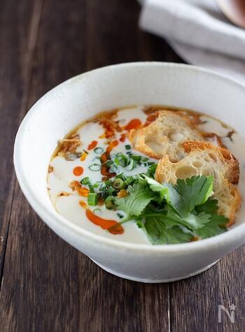 豆乳を使った、台湾のさっぱり朝ごはん、鹹豆漿(シェントウジャン)。フランスパン(バゲット)を浮かべていただきます。ちょっとユニークなバゲットの使い方ですね。ダイエット中の方にもぜひおすすめ。