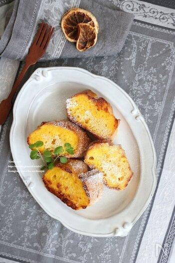 牛乳ではなく、オレンジジュースを使ったフレンチトースト。フレッシュな味わいで気持ちのいい朝食になりそうです。ビタミンカラーも気分が上がりますね。