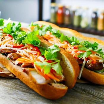 バインミーは、パテやなますなどを挟んだべトナムのサンドイッチ。柔らかめのフランスパンで作りますが、バゲットでもおいしくできます。バゲットはシンプルな味なので、アジアンな調味料で味付けした具材にもよくなじみます。