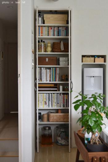 本がたくさんある方は、スリムな省スペース本棚を置いてみてはどうでしょうか。扉付きの本棚なら部屋がすっきり見えますし、大切な本を守るほこり対策にもなりますよ。