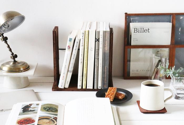 ブックスタンド兼本棚なら、デスクや棚上などのちょっとした場所に設置することができます。良く手に取る本やお気に入りの本を並べておくのにもぴったり!