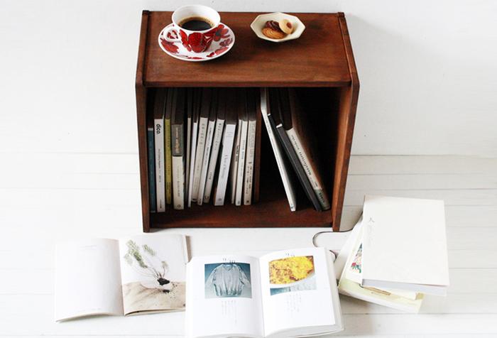 ころんとしたフォルムが可愛らしい、こちらの箱型のシンプルな本棚は、実は木製のまな板を使って作られています。まな板を使用すれば木材をカットする手間もなく、とても手軽にDIYすることができますよ。DIY初心者さんにもおすすめです。
