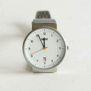 ドイツの家電ブランド・BRAUN。機能性を追求したミニマルなデザインで、使いやすさや文字盤の見やすさは◎ この腕時計のデザインの元になった掛け時計の「ABW30」は、ニューヨーク近代美術館(MoMA)の永久展示品に選定されているほど、時を経ても色褪せない普遍的な美があると評価されています。