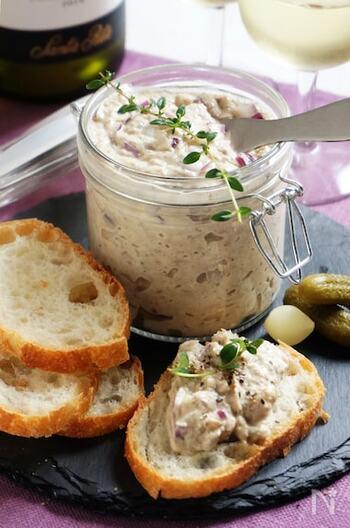 手軽なサバ缶とクリームチーズを使ったリエットをバゲットにたっぷりのせて。紫玉ねぎが入ることで、上品で落ち着いた華やかさが生まれますね。ガラスの容器などに入れてテーブルに出せば、素敵なおもてなしの一品になりそう。