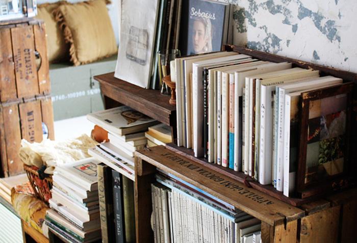 例え立派な本棚を置くことができるスペースがなかったとしても、自分だけの本棚を持つことは十分に可能です。ぜひお気に入りの本を大切にしまっておくための本棚をひとつ、部屋に置いてみてはいかがでしょうか。おうちで本と共に過ごす時間が、より素敵なものになるはずです。