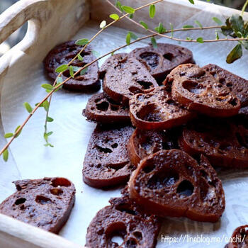 レンジで乾燥させたバゲットにチョコをしみ込ませ、オーブンで焼きます。とても簡単なアイデアおやつ。ちょっとしたプレゼントにもよさそうですね。