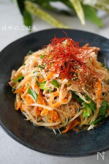 「チャプチェ」とは、韓国の定番料理のひとつとして人気が高い春雨炒めのこと。もやしを加えてかさ増しすれば、ボリュームがアップして食べごたえも高まります。にんじんやニラなどの野菜をしっかり摂取できるのも嬉しいポイントです。