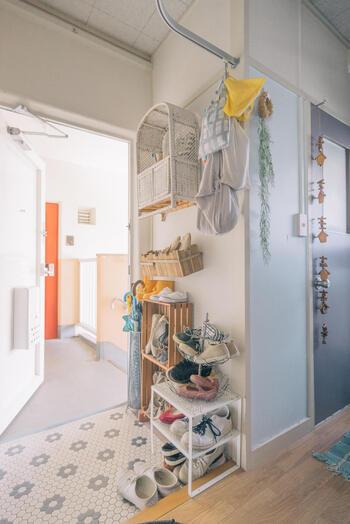 玄関には靴棚など物を置くスペースがありますが、この位置も重要とされています。玄関を入って左側に物がある状態が、風水的には◎  もし靴棚が右側にある場合は、左側に飾り棚を付けたり絵をかけたりして、左側を意識しましょう。